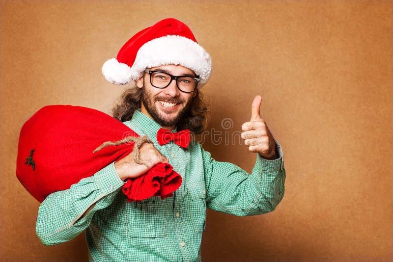 Ύφος Hipster. Άγιος Βασίλης με την τσάντα παρουσιάζει στοκ φωτογραφίες με δικαίωμα ελεύθερης χρήσης