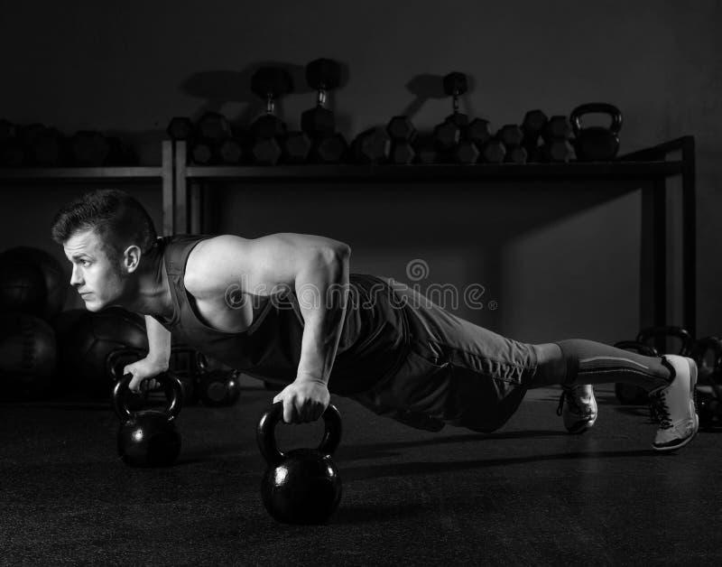 Ώθηση-επάνω γυμναστική δύναμης ατόμων Kettlebells workout στοκ φωτογραφίες
