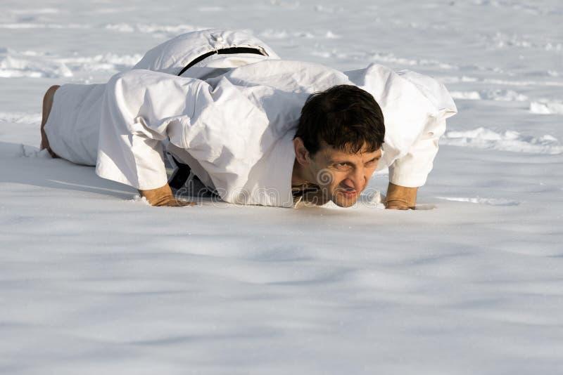 Ώθηση επάνω στο χιόνι στοκ φωτογραφίες με δικαίωμα ελεύθερης χρήσης