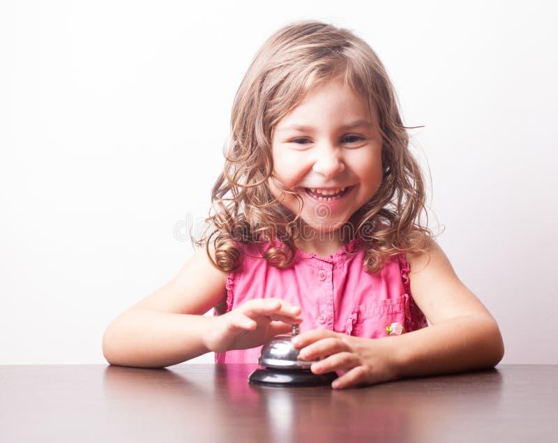 Ώθηση κοριτσιών στο κουδούνι στοκ εικόνες με δικαίωμα ελεύθερης χρήσης