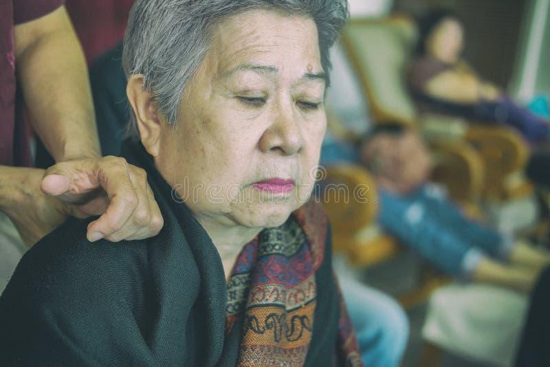 ώμος ηλικιωμένων γυναικών μασάζ φυσιοθεραπευτών στοκ φωτογραφίες