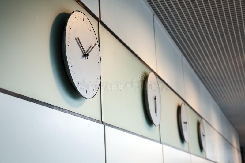 Ώρες γραφείων στις διαφορετικές χρονικές διαφορές ώρας στοκ εικόνες