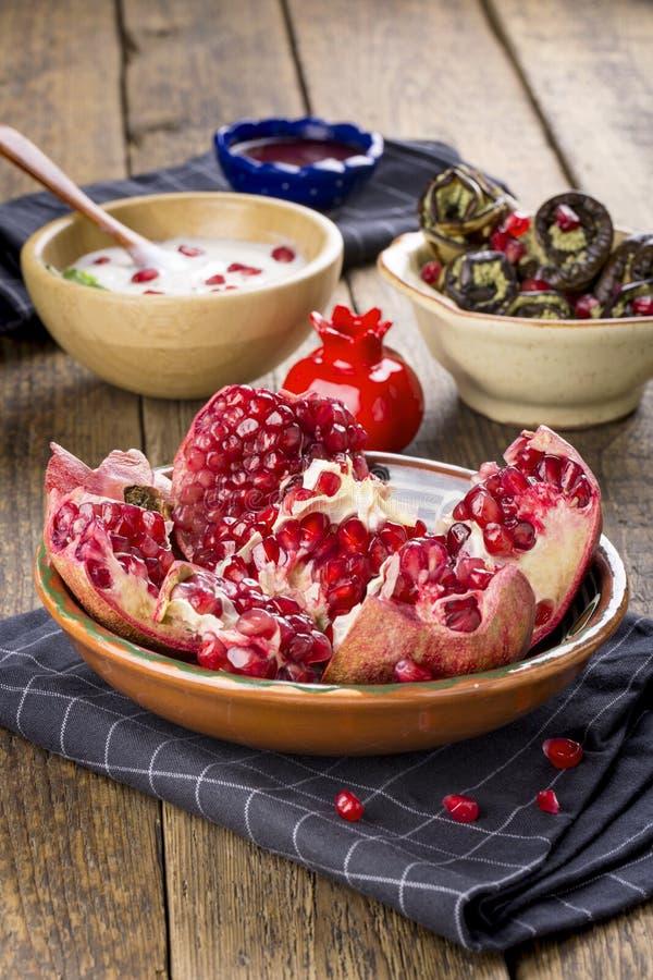 Ώριμα ανοικτά φρούτα ροδιών του ροδιού στοκ φωτογραφία με δικαίωμα ελεύθερης χρήσης