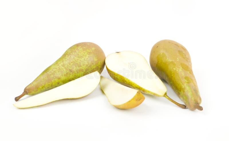 Ώριμα αχλάδια με τις αποκοπές στο λευκό στοκ εικόνα