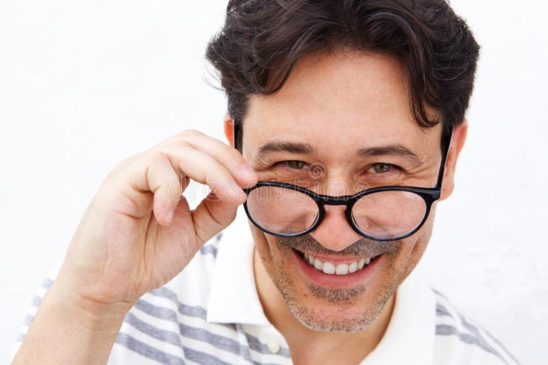 Ώριμα γυαλιά και χαμόγελο εκμετάλλευσης ατόμων στοκ εικόνες
