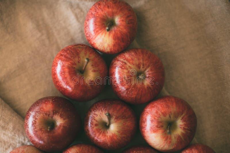 Ώριμα κόκκινα μήλα που συσσωρεύονται ως υπόβαθρο Τοπ άποψη των φρέσκων μήλων στοκ φωτογραφία με δικαίωμα ελεύθερης χρήσης