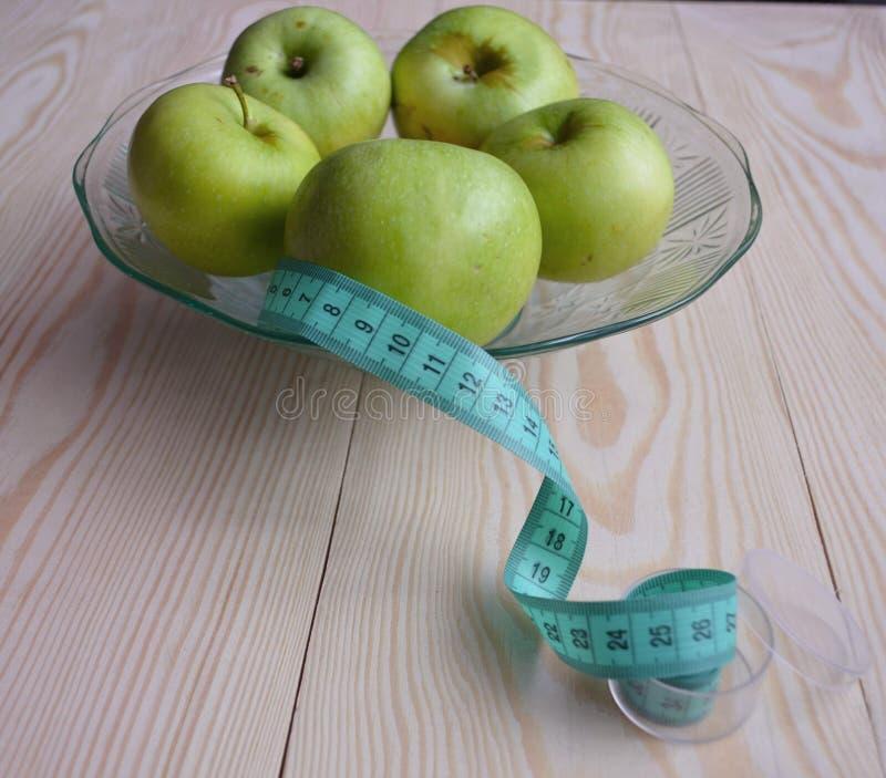 Ώριμα κόκκινα μήλα στο ξύλινο υπόβαθρο στοκ εικόνες με δικαίωμα ελεύθερης χρήσης