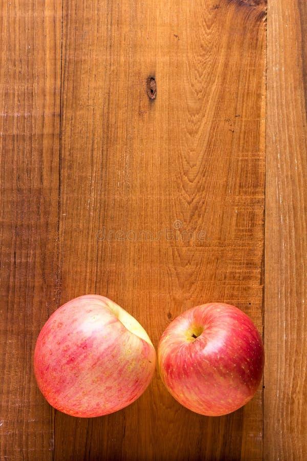 Ώριμα κόκκινα μήλα στο ξύλινο υπόβαθρο στοκ εικόνες