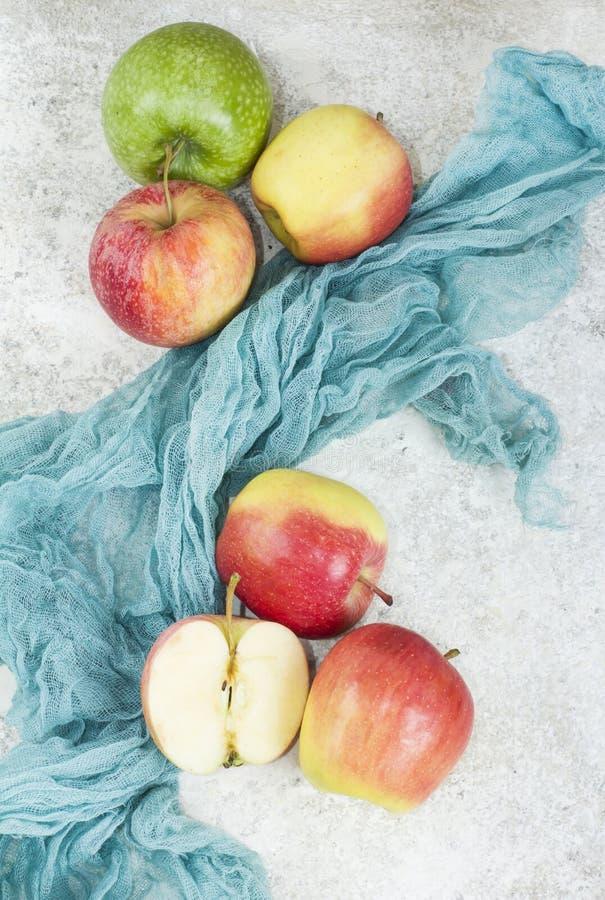 Ώριμα μήλα φθινοπώρου στο άσπρο υπόβαθρο πετρών στοκ φωτογραφίες με δικαίωμα ελεύθερης χρήσης