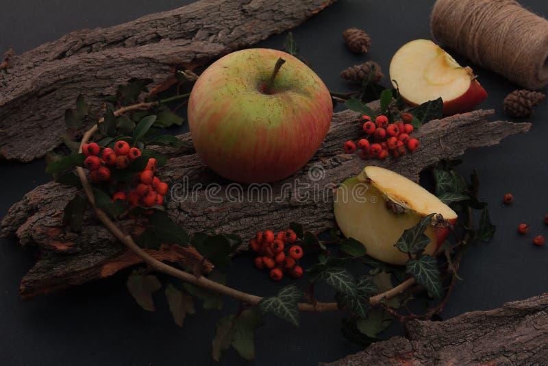 Ώριμα νόστιμα μήλα στον ξύλινο πίνακα στοκ εικόνα με δικαίωμα ελεύθερης χρήσης