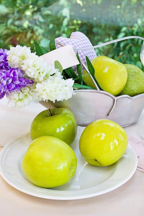 Ώριμα πράσινα μήλα και vase με τους υάκινθους σε ένα π στοκ εικόνες