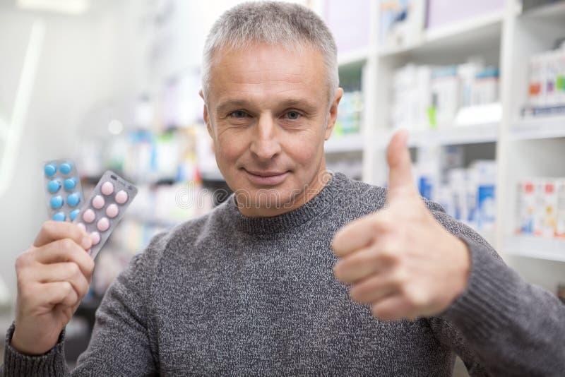 Ώριμα φάρμακα αγοράς ατόμων στο φαρμακείο στοκ φωτογραφία με δικαίωμα ελεύθερης χρήσης