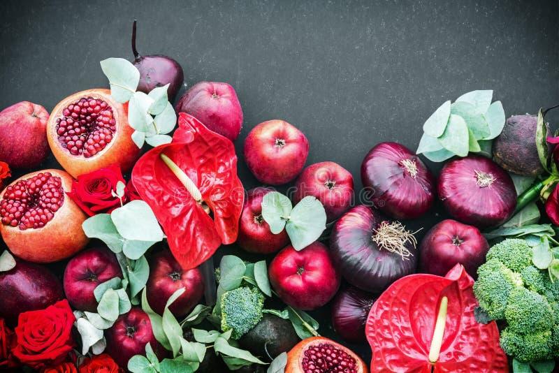 Ώριμα φρούτα ροδιών, μήλα και όμορφα τριαντάφυλλα στοκ εικόνες