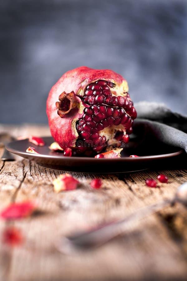 Ώριμα φρούτα ροδιών σε ένα παλαιό μαύρο ξύλινο εκλεκτής ποιότητας υπόβαθρο στοκ φωτογραφίες με δικαίωμα ελεύθερης χρήσης