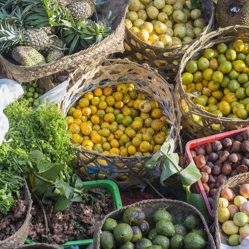 Ώριμα φρούτα στην τοπική αγορά στο νησί Μπαλί, Ubud, Ινδονησία, κινηματογράφηση σε πρώτο πλάνο, τοπ άποψη στοκ φωτογραφίες με δικαίωμα ελεύθερης χρήσης