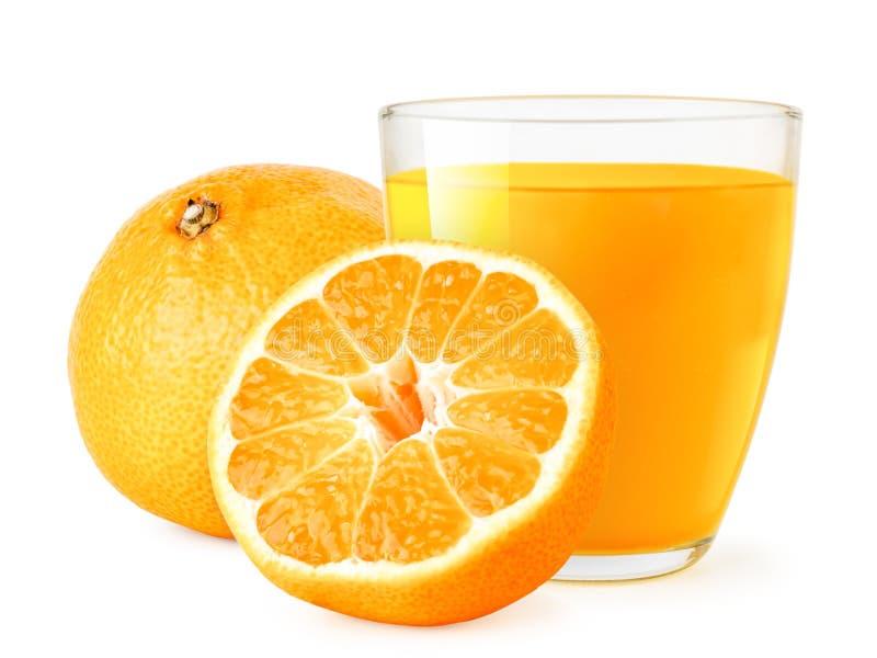 Ώριμα tangerines και ένα γυαλί στενού επάνω χυμού σε ένα λευκό απομονωμένος στοκ φωτογραφία με δικαίωμα ελεύθερης χρήσης