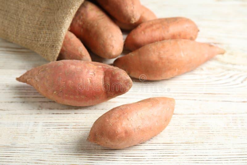 Ώριμες γλυκές πατάτες και sackcloth τσάντα στοκ φωτογραφίες με δικαίωμα ελεύθερης χρήσης