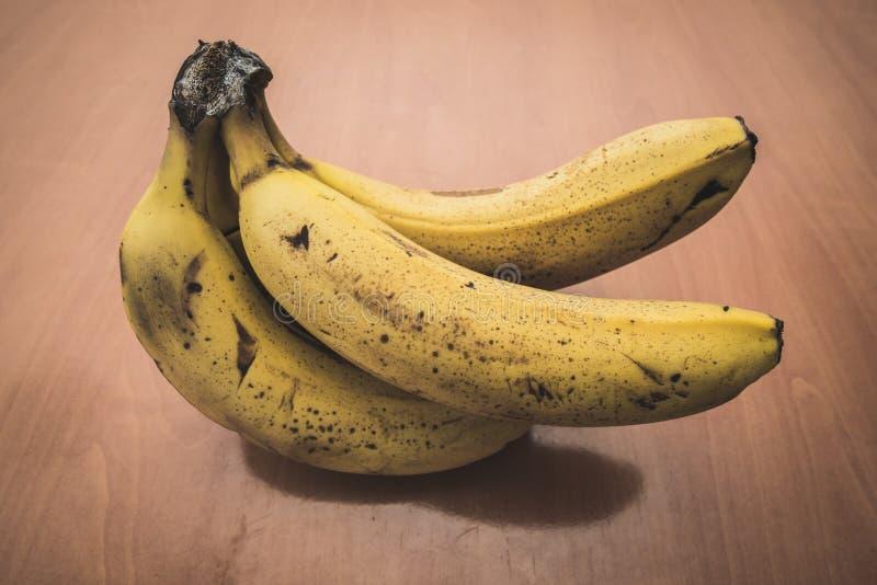 Ώριμες μπανάνες σε έναν πίνακα στοκ φωτογραφίες