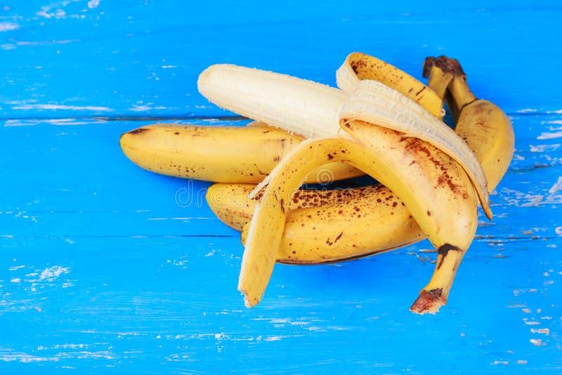 Ώριμες μπανάνες στον παλαιό μπλε χρωματισμένο ξύλινο πίνακα στοκ φωτογραφίες με δικαίωμα ελεύθερης χρήσης
