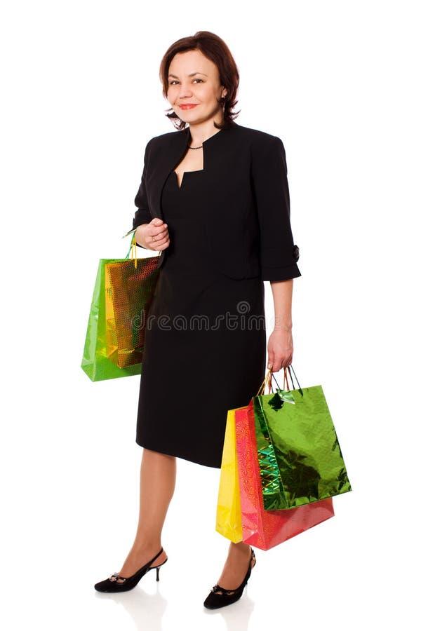 Ώριμες τσάντες αγορών εκμετάλλευσης γυναικών στοκ εικόνες