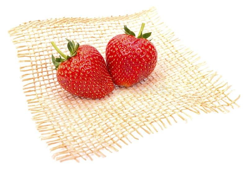 Ώριμες φράουλες από τον κήπο, που τίθεται σε ένα χαλί χωριστά στοκ εικόνες με δικαίωμα ελεύθερης χρήσης