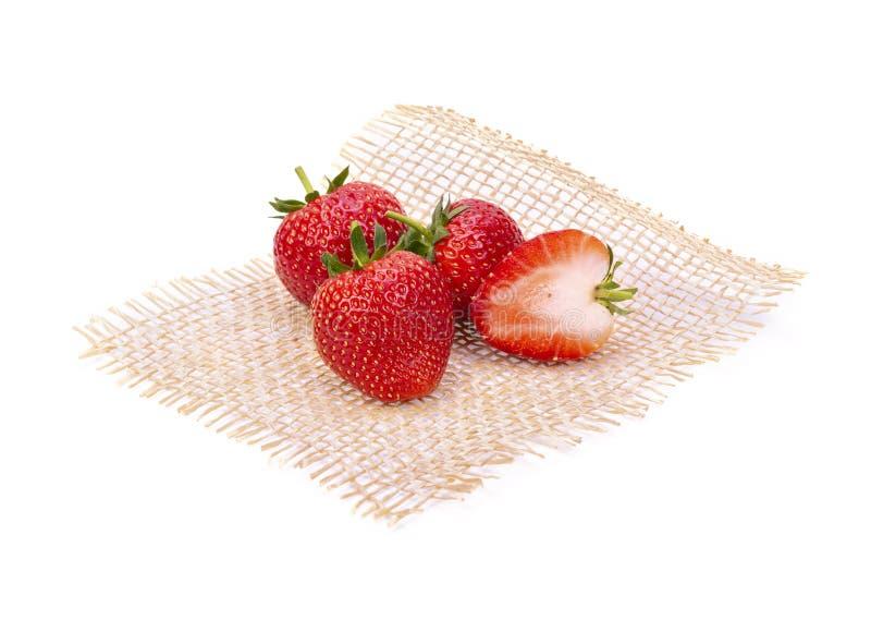 Ώριμες φράουλες από τον κήπο, που τίθεται σε ένα χαλί χωριστά στο άσπρο υπόβαθρο στοκ εικόνες