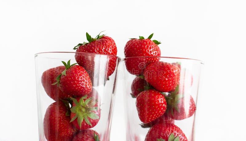 Ώριμες φράουλες Φρούτα στα γυαλιά στο άσπρο υπόβαθρο στοκ φωτογραφία