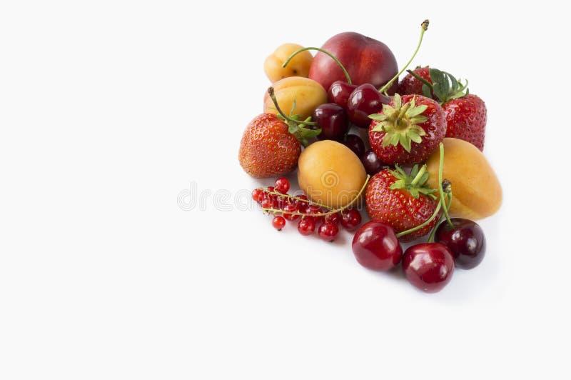 Ώριμες φράουλες, κόκκινες σταφίδες, βερίκοκα και κεράσια στοκ εικόνες