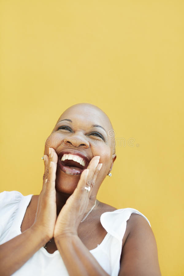 Ώριμη αφρικανική γυναίκα που χαμογελά για τη χαρά στοκ φωτογραφίες με δικαίωμα ελεύθερης χρήσης