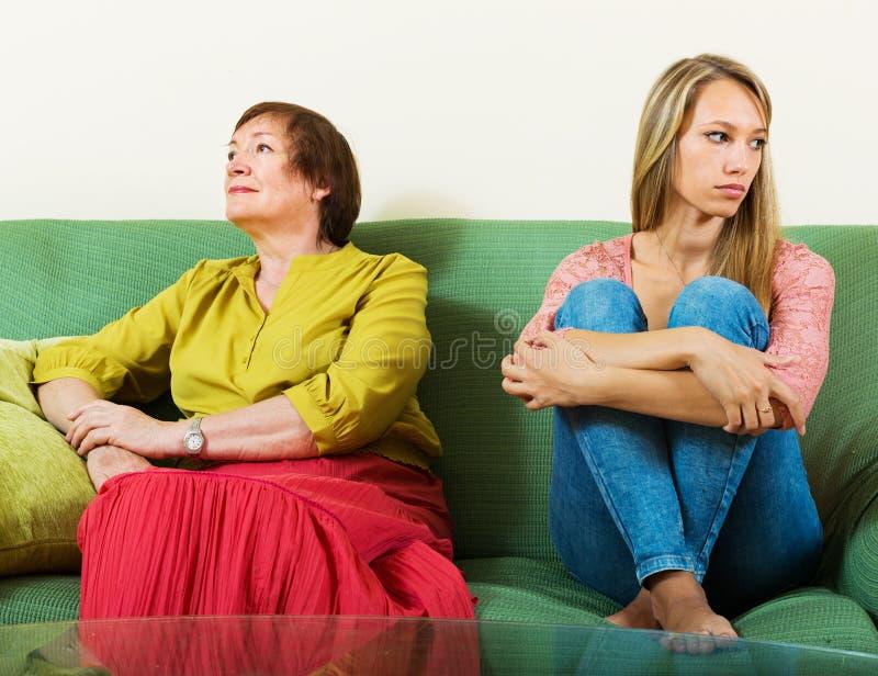 Ώριμη γυναίκα και ενήλικη κόρη που έχουν τη σύγκρουση στοκ εικόνα