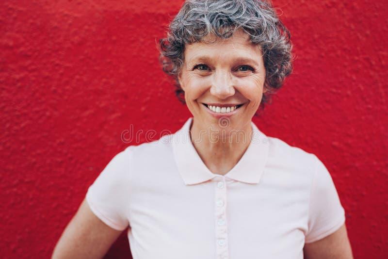 Ώριμη γυναίκα με το όμορφο χαμόγελο στοκ φωτογραφία με δικαίωμα ελεύθερης χρήσης