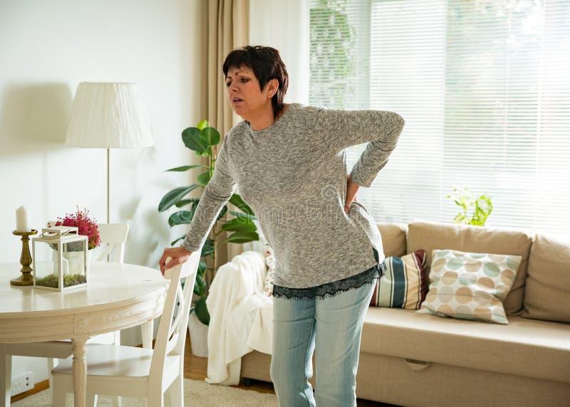 Ώριμη γυναίκα που πάσχει από τον πόνο στην πλάτη στοκ φωτογραφίες με δικαίωμα ελεύθερης χρήσης