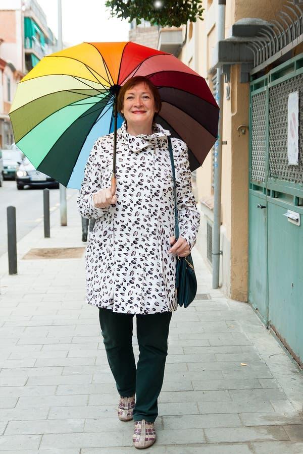 Ώριμη γυναίκα στην οδό φθινοπώρου στοκ φωτογραφία