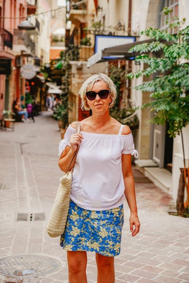 Ώριμη γυναίκα στις αγορές στοκ φωτογραφία