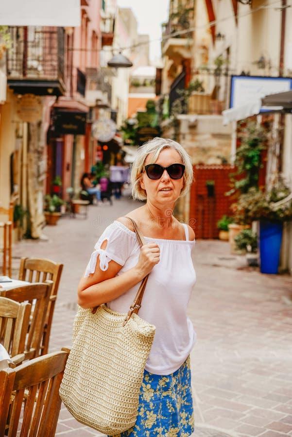 Ώριμη γυναίκα στις αγορές στοκ φωτογραφία με δικαίωμα ελεύθερης χρήσης