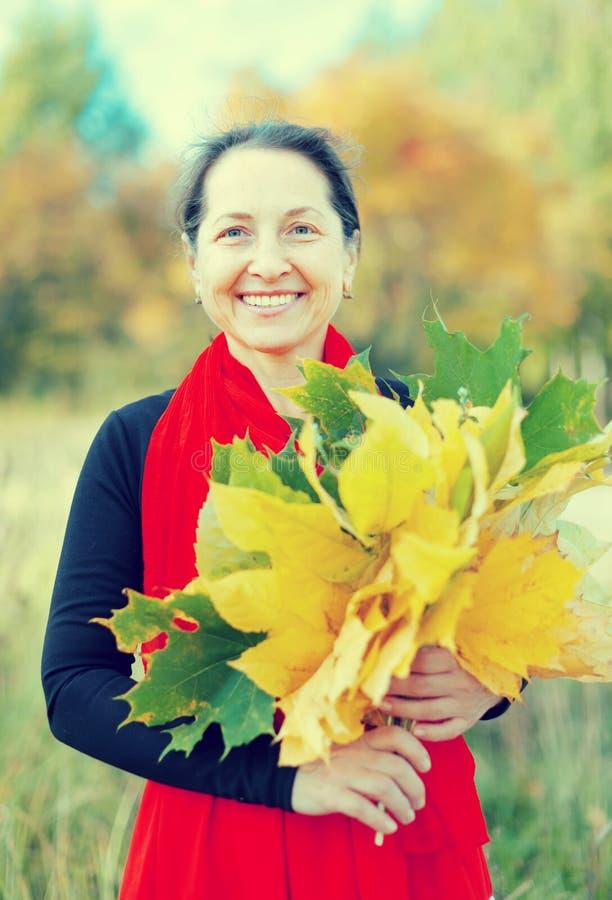 Ώριμη γυναίκα το φθινόπωρο στοκ φωτογραφία με δικαίωμα ελεύθερης χρήσης