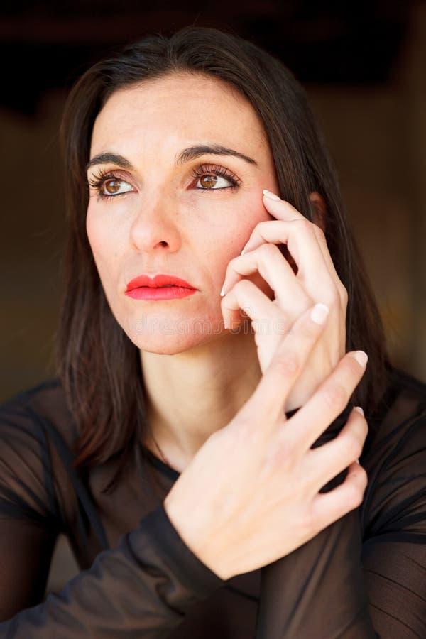 Ώριμη γυναίκα Brunette με τα κόκκινα χείλια στοκ φωτογραφία με δικαίωμα ελεύθερης χρήσης