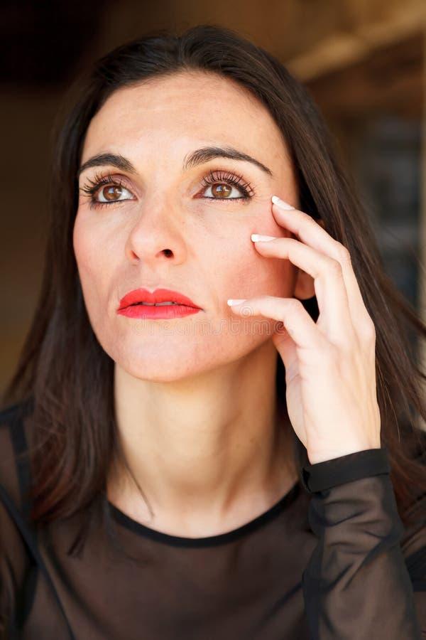 Ώριμη γυναίκα Brunette με τα κόκκινα χείλια στοκ εικόνες
