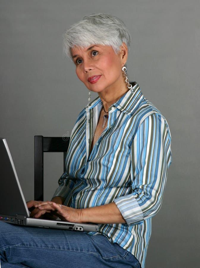 ώριμη γυναίκα lap-top στοκ εικόνα