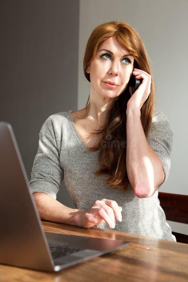 Ώριμη επιχειρηματίας που εργάζεται από το σπίτι στοκ φωτογραφία με δικαίωμα ελεύθερης χρήσης