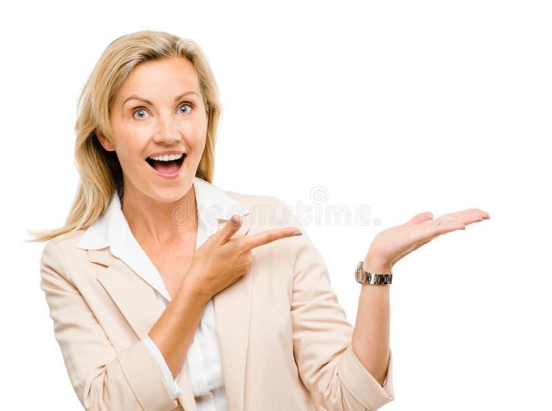 Ώριμη επιχειρησιακή γυναίκα το κενό διαστημικό χαμόγελο αντιγράφων που απομονώνεται που δείχνει στοκ εικόνα με δικαίωμα ελεύθερης χρήσης