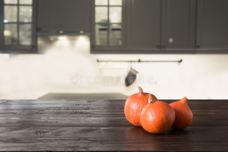 Ώριμη κολοκύθα ξύλινο tabletop στη σύγχρονη κουζίνα r στοκ εικόνες
