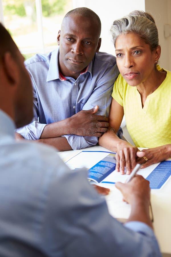Ώριμη μαύρη συνεδρίαση του ζεύγους με τον οικονομικό σύμβουλο στοκ φωτογραφίες