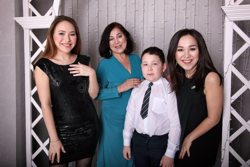 Ώριμη μητέρα στο φόρεμα βραδιού και τα παιδιά της στοκ φωτογραφία με δικαίωμα ελεύθερης χρήσης