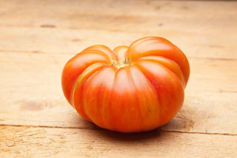Ώριμη ντομάτα στο ξύλινο υπόβαθρο στοκ εικόνες με δικαίωμα ελεύθερης χρήσης
