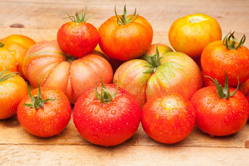 Ώριμη ντομάτα στο ξύλινο υπόβαθρο στοκ εικόνες