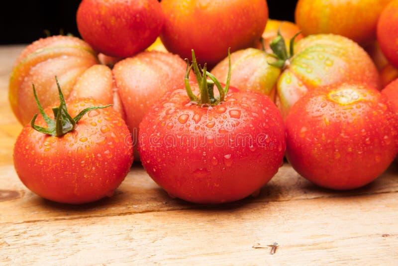 Ώριμη ντομάτα στο ξύλινο υπόβαθρο στοκ φωτογραφίες