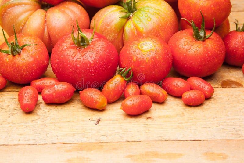 Ώριμη ντομάτα στο ξύλινο υπόβαθρο στοκ φωτογραφία