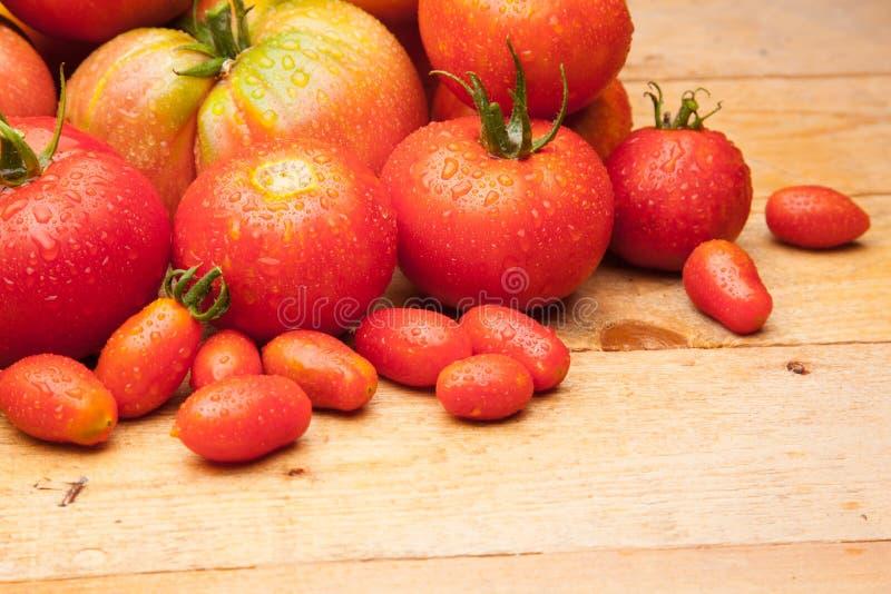 Ώριμη ντομάτα στο ξύλινο υπόβαθρο στοκ εικόνα