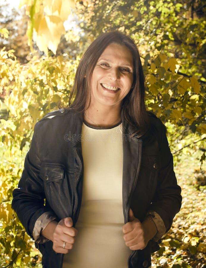 Ώριμη πραγματική γυναίκα brunette στο πράσινο πάρκο άνοιξη, έννοια τρόπου ζωής έξω στοκ εικόνες